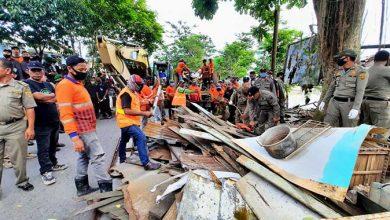 Photo of Dihadang Warga, Pembongkaran Rumah di Bantaran SKM Pasar Segiri Gagal Lagi, Negosiasi Harga Tak Ketemu