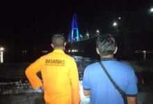 Photo of Nekat Bunuh Diri, Pemuda 20 Tahun Loncat dari Jembatan Mahkota II, Tim SAR Masih Mencari Korban