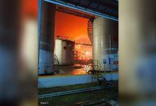 Photo of Tangki Kilang Cilacap Terbakar saat Hujan Deras Disertai Petir